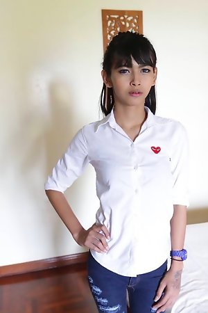 18yo Thai shemale stripteases be worthwhile for say no to meeting with a tourist