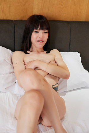 Kawai Yui is very uneasy and hard, she strokes till she cums.